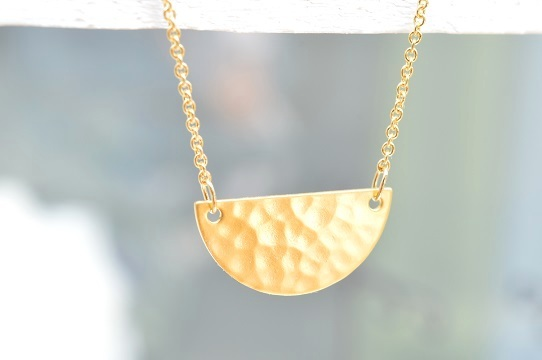 ハンマードゴールドの半円ネックレス
