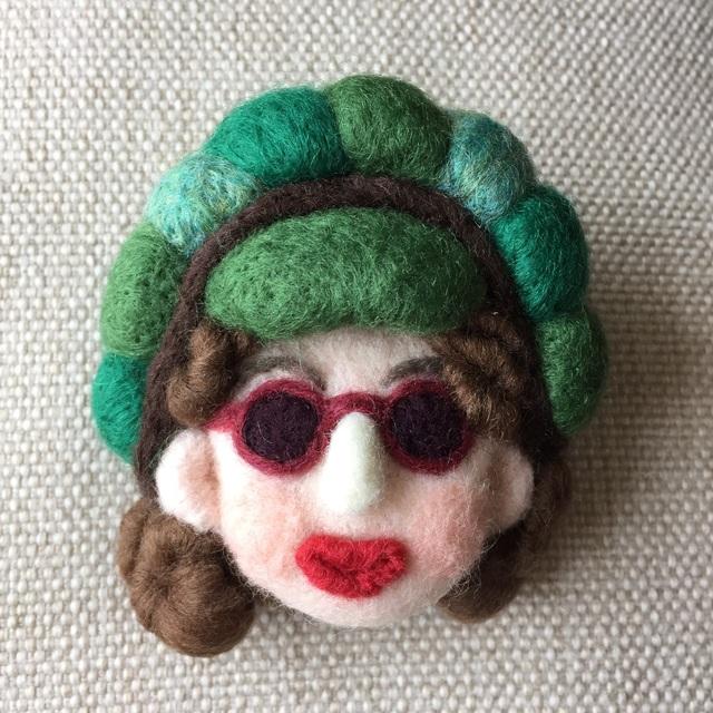 大人ブローチ127(緑色の帽子)