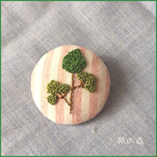 刺繍のくるみボタンブローチ〜桃縞×木