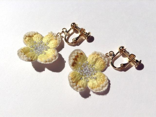 黄色い刺繍花のイヤリング・ピアス(パープルの花粉)