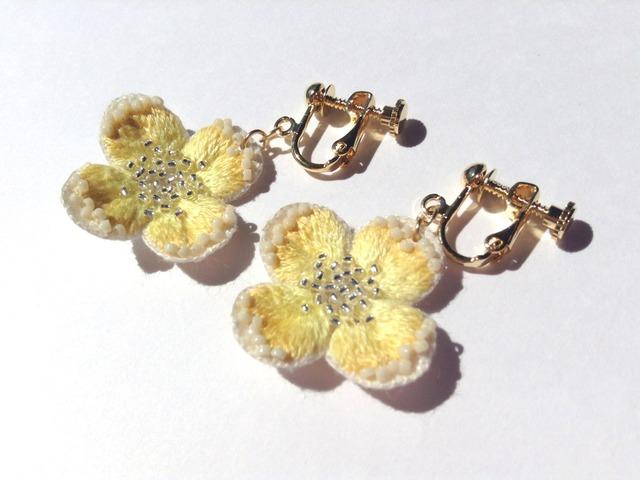黄色い刺繍花のイヤリング・ピアス(銀の花粉)