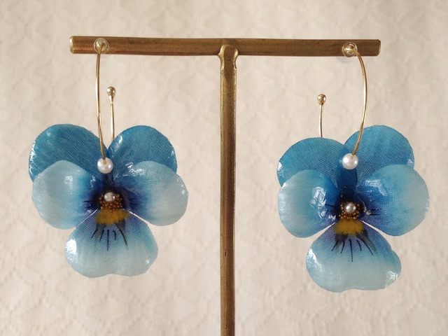 染め花を樹脂加工したビオラのフープピアス(M・ターコイズブルー)
