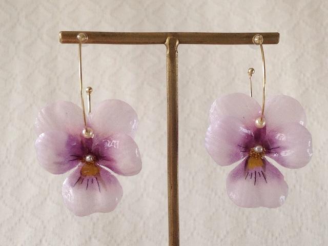 染め花を樹脂加工したビオラのフープピアス(M・薄紫&赤紫)