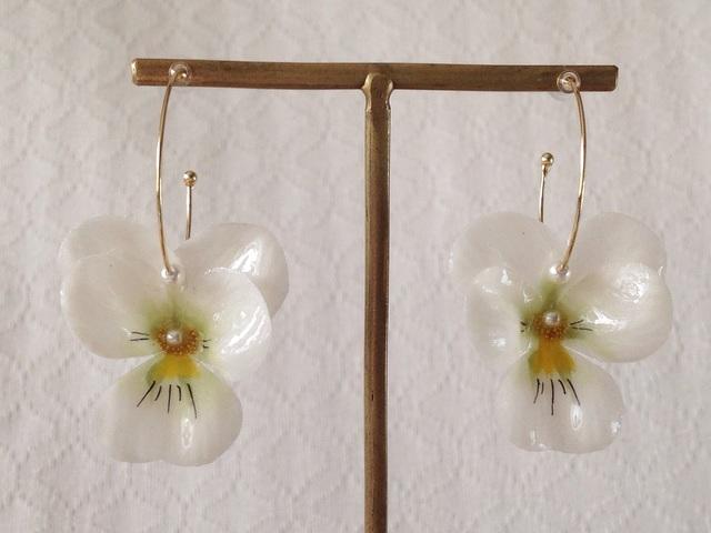 染め花を樹脂加工したビオラのフープピアス(M・ホワイト)