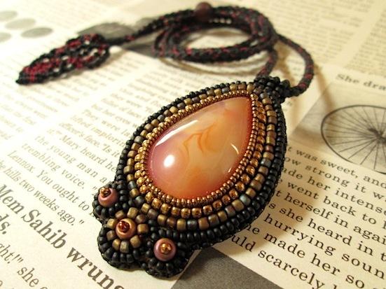 ビーズ刺繍の天然石ペンダント 070
