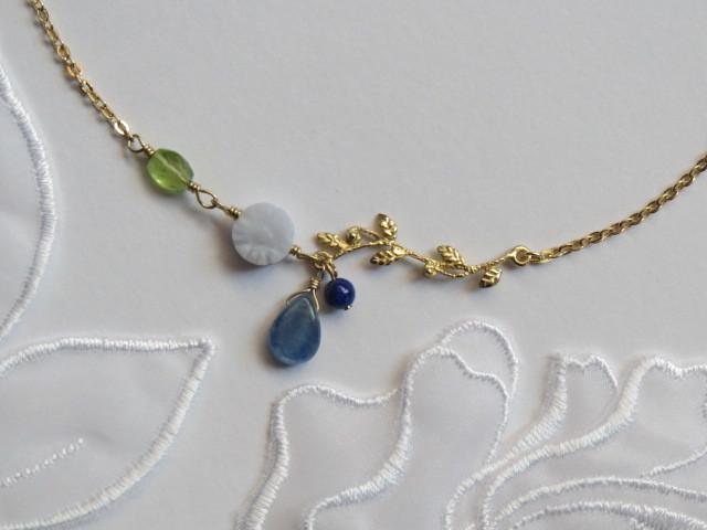 ブルーレースフラワーとカイヤナイトしずくのネックレス