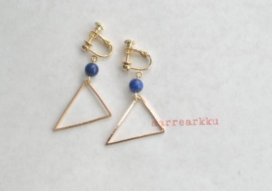 〔ピアスOK〕ラピスラズリと三角イヤリング