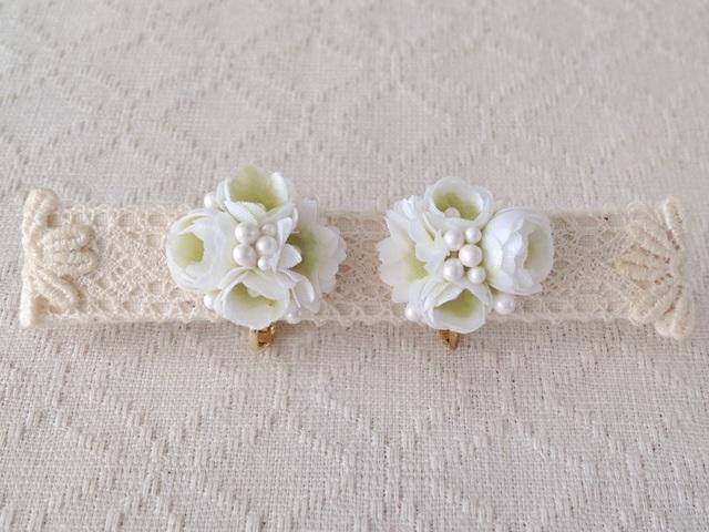 小花のくっつきイヤリング(ホワイト&グリーン)