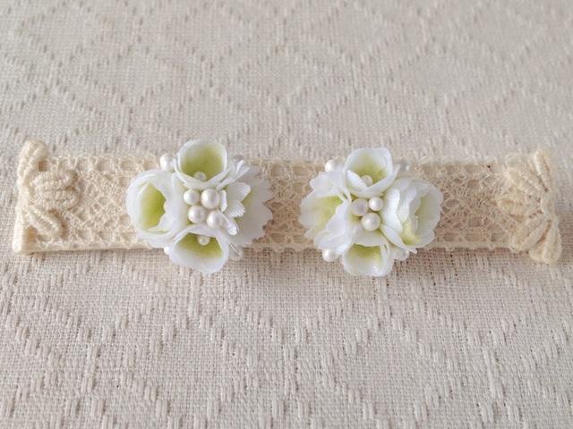 小花のくっつきピアス(ホワイト&グリーン)