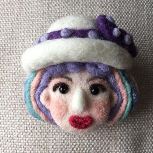 大人ブローチ126(カラフルヘアーで白い帽子)