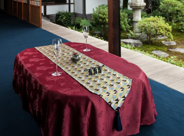 西陣金襴正絹 燕矢紋様テーブルランナー 紺地