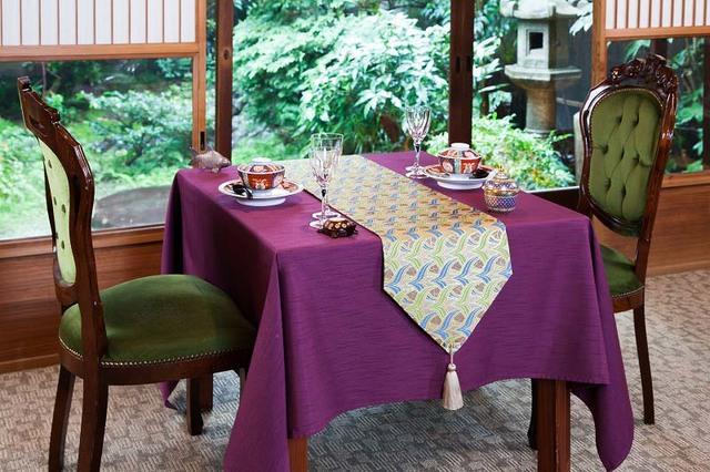 西陣金襴正絹 燕矢紋様テーブルランナー 白茶地 水色