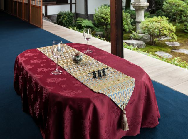 西陣金襴正絹 羽重紋様テーブルランナー  白茶地 水色