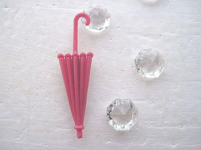 レトロな雨傘のブローチ