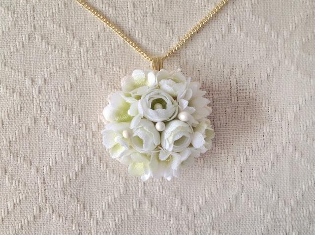 小花のペンダント(ホワイト&グリーン)