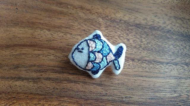 お魚刺繍ブローチ