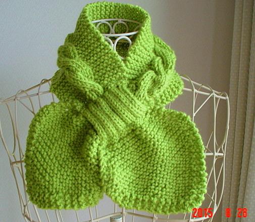 ☆彡若草色のガーター編みと縄編みの葉っぱのNeck Warmer