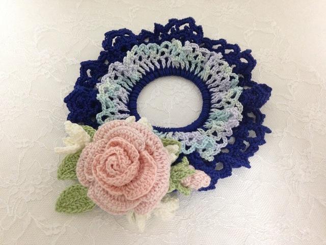 ♪レース編みのシュシュ 大輪のバラのコサージュをつけて♪