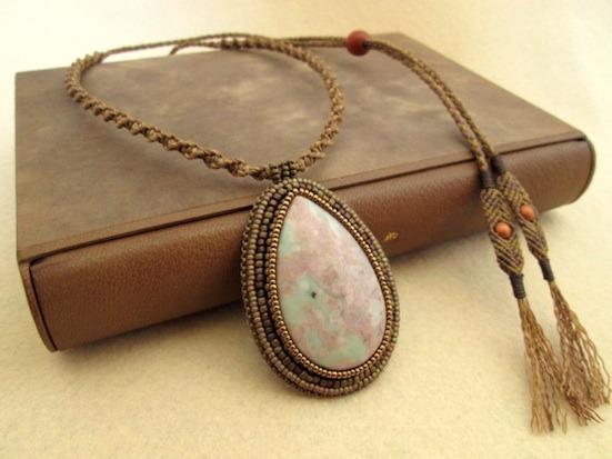 ビーズ刺繍の天然石ペンダント 018