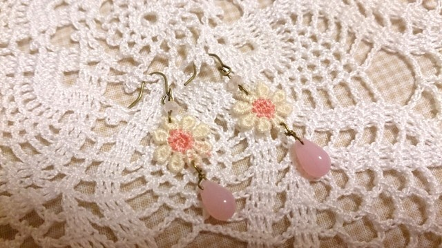 【送料込】ピンクの雫ビーズとお花モチーフのピアス