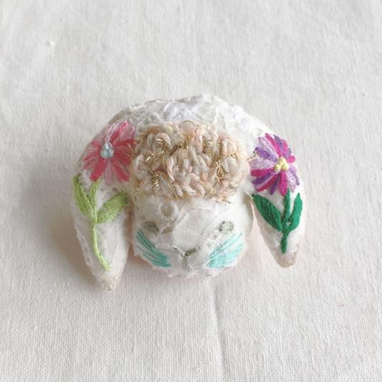 N-mamaさまオーダー *  たれみみうさぎのブローチ お花刺繍
