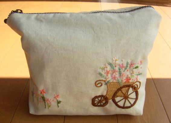 刺繍のピンクの小花と手押し車のポーチ☆ビーズ付