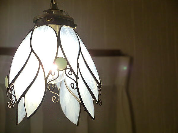 「天使の白いらんぷ」 ステンドグラス 照明 ランプ ペンダント 再販