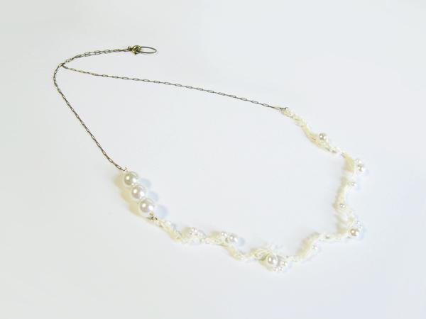 (再販)パールを編み込んだ白い糸のロングネックレス