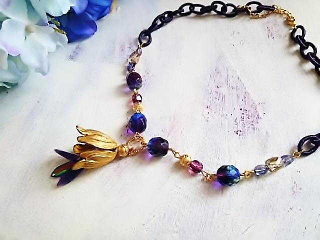 ゴールドの花とパープルの光と ネックレス