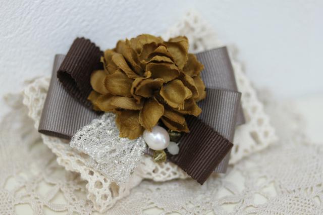 布花とリボンのブローチ・カーキ