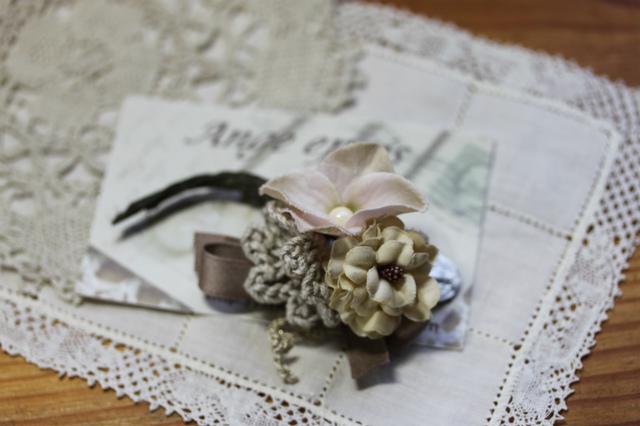 お花のコサージュ・グレイッシュピンク