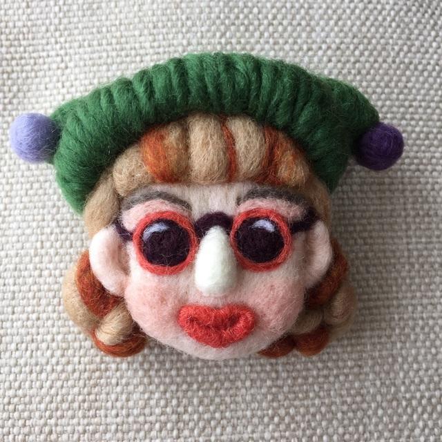 大人ブローチ136(緑のぼんぼり帽子)