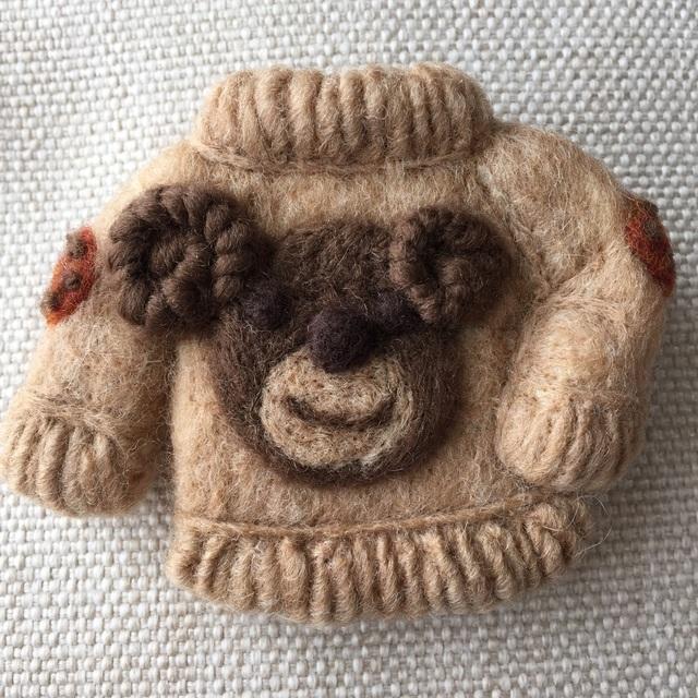 大人ブローチ137(クマのセーター)
