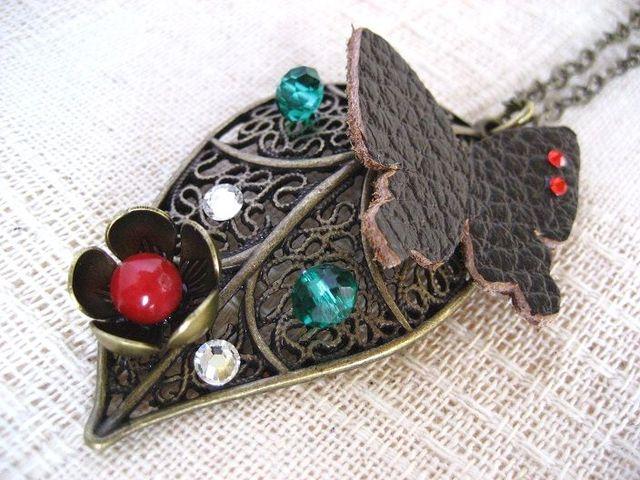 透かし葉っぱと革の蝶 ロングネックレス