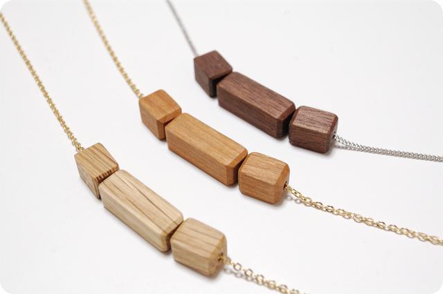 木のネックレス キューブ