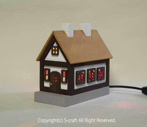 木とステンドグラスの家のランプ(黄色い屋根)