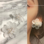 Clear flowers - すりガラスのような透け感のあるお花ピアス