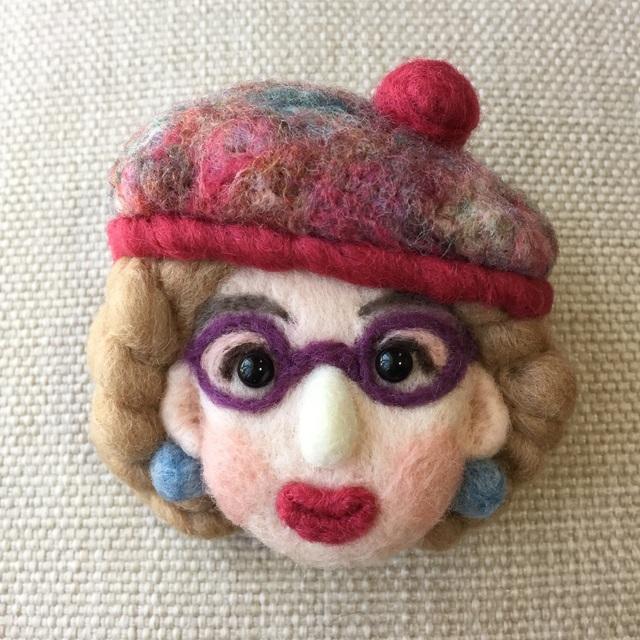 大人ブローチ138(ピンクのベレー帽)