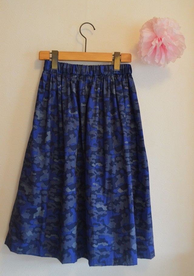 Sale 秋冬 落ち着いた雰囲気のブルー迷彩柄 ミモレ丈スカート