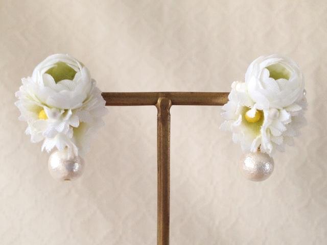 染め花とコットンパールのピアス(ホワイト×グリーン)