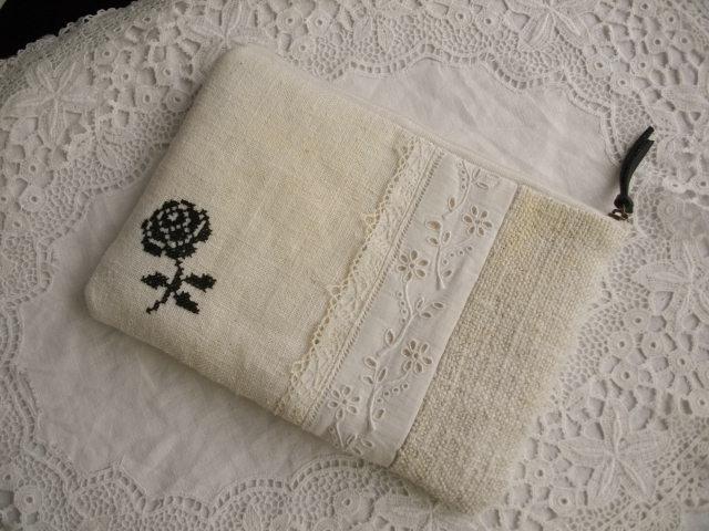 アンティーク手刺繍レース 白リネンポーチ黒薔薇