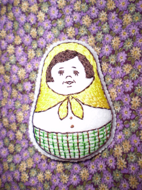 ほんわか刺繍ブローチ マトリョーシカ黄