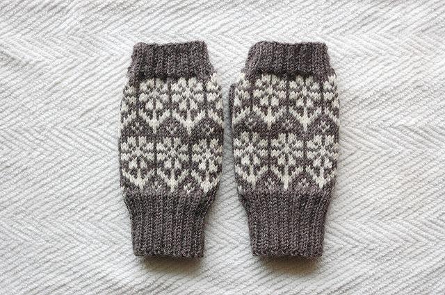 手編みの指なしミトン【花園】グレー×オフホワイトお花