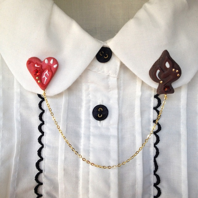 トランプマークのクッキー襟ブローチ『愛と死』