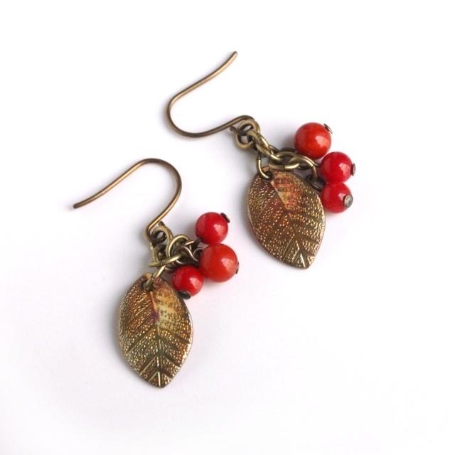 秋〜1月販売◆赤い実りの秋色ピアス(チタンフック*染め珊瑚)