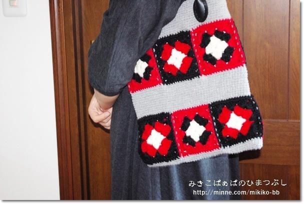 085:赤×黒のモチーフ手編みバッグ