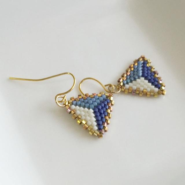 Peyote triangle earrings Blue 〜ペヨーテステッチの三角ピアス 青