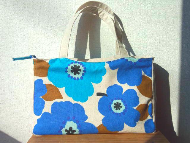 大きな花柄のハンドバッグ ブルー