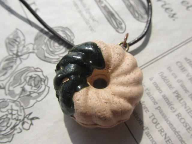 抹茶・ソースがけフレンチ・クルーラー・ドーナツのネックレス 合皮製革ひもネックレス