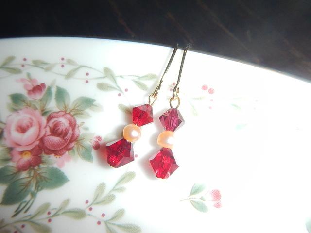 ザクロのつぶと淡水真珠の 小ぶりなピアス